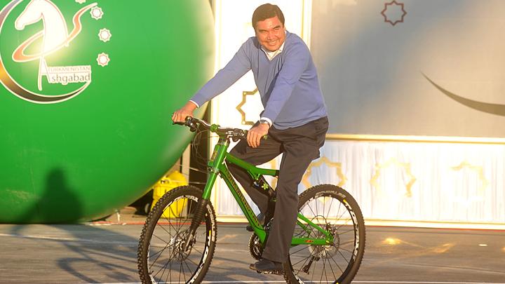 Разжалует генералов в майоры и пишет песни: Самые забавные выходки главы Туркмении