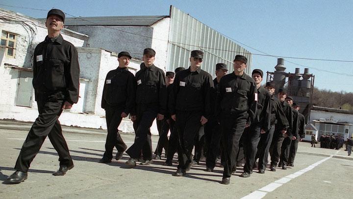 Сосиски «Тюремные» и комбинезоны от кутюрье «Кокорин & Мамаев»: Чем российские зоны снабжают сограждан