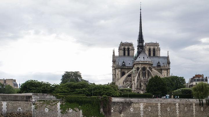 Сгорела история Франции: За объятым огнём Собором Парижской Богоматери следил весь мир