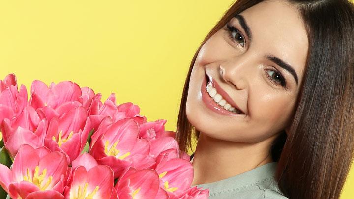 Цветы, винтовки и Пушкин: Как в регионах поздравят женщин с 8 Марта