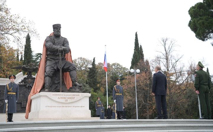 Владимир Путин на церемонии открытия памятника царю-миротворцу Александру III в Ливадии