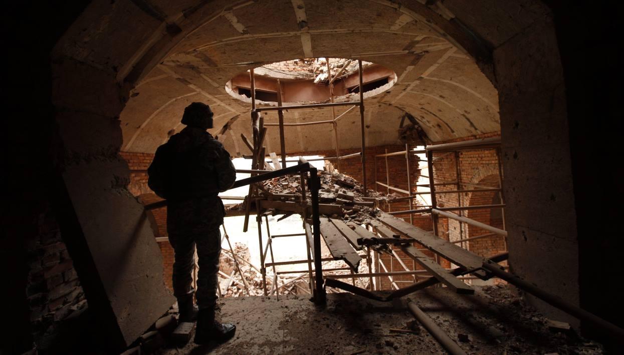 Украинский солдат в разрушенном прифронтовом городе под Донецком. Фото: www.globallookpress.com