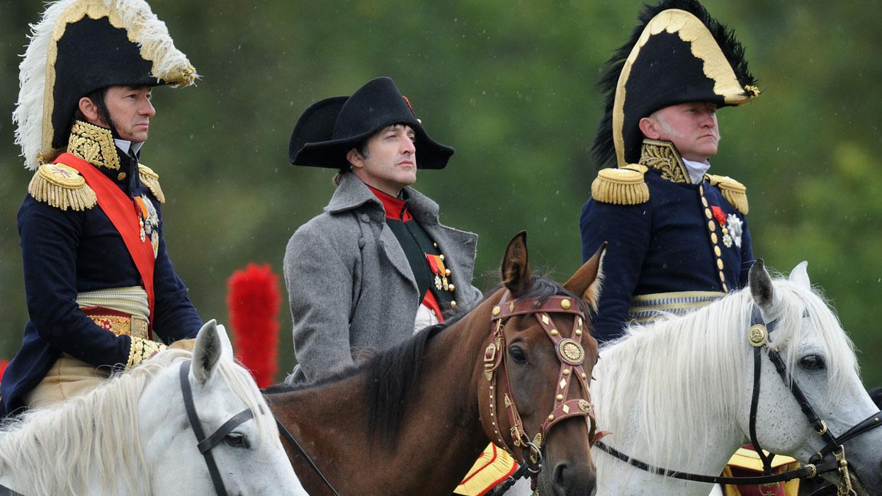 Американский актер Марк Шнайдер (в центре) в роли Наполеона во время подготовки к представлению, посвященному празднованию 200-летия победы России в Отечественной войне 1812 года.