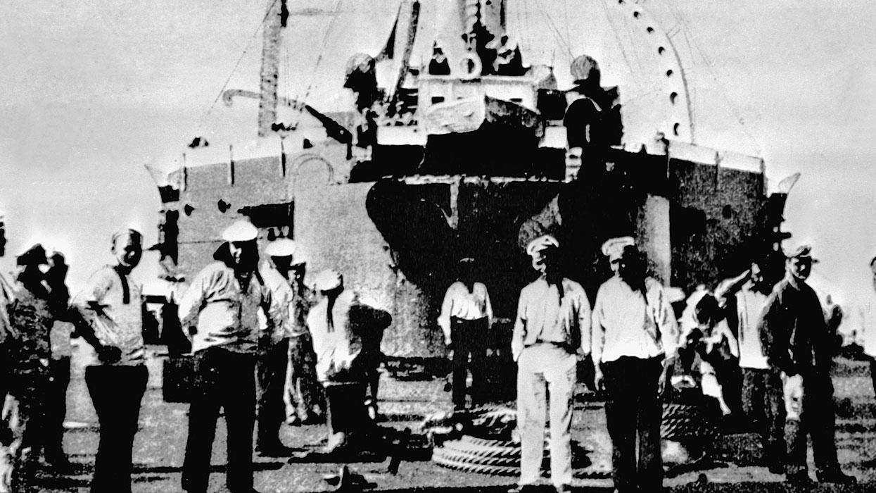 Восставшие матросы на палубе броненосца