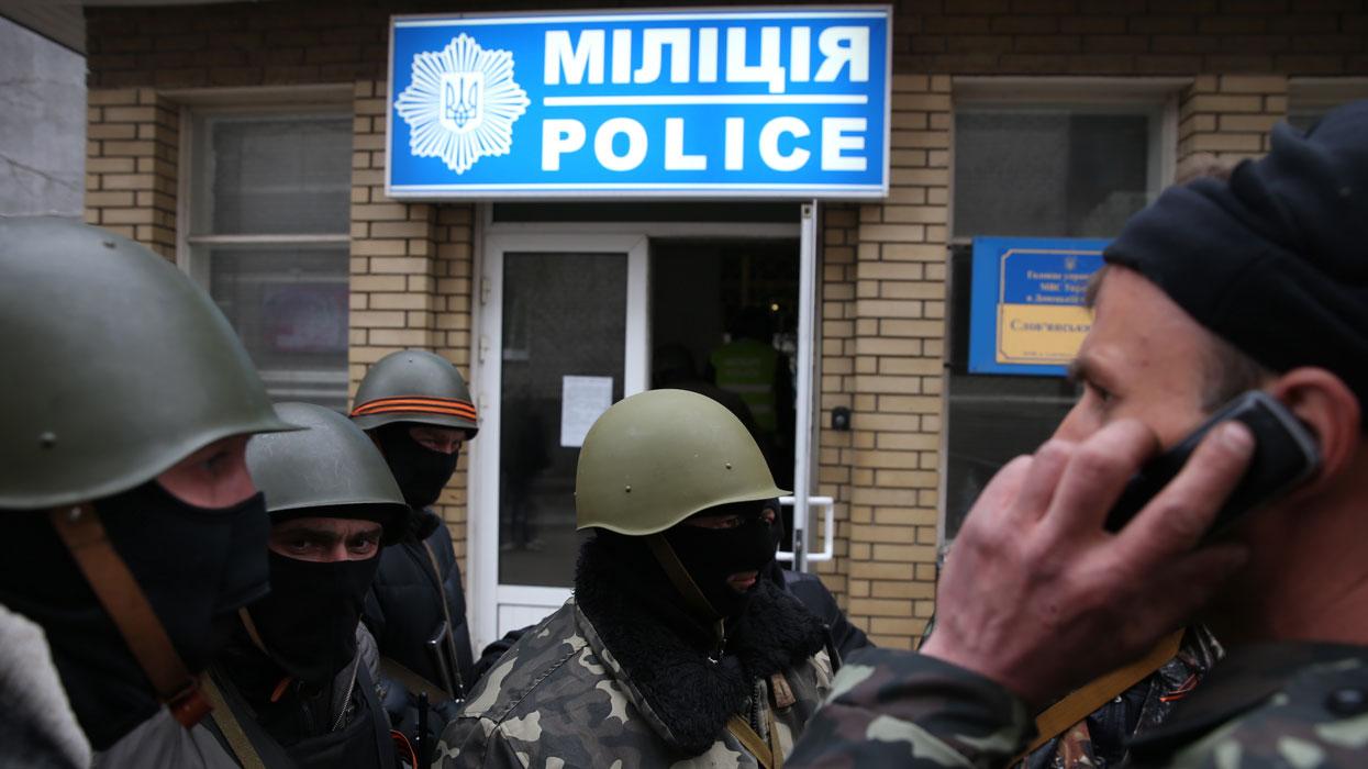 Донецкая область. 13 апреля. У одного из отделений милиции города Славянска