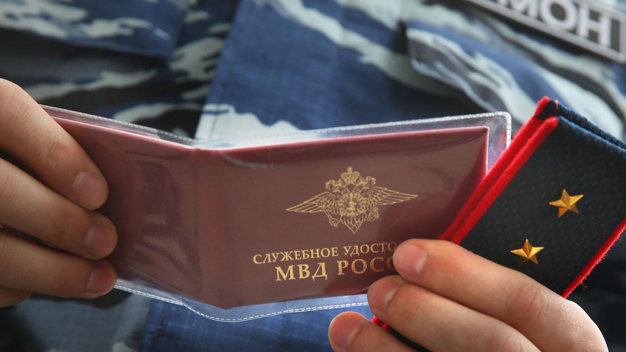 Служебное удостоверение и погоны бывшего бойца спецподразделения МВД Украины
