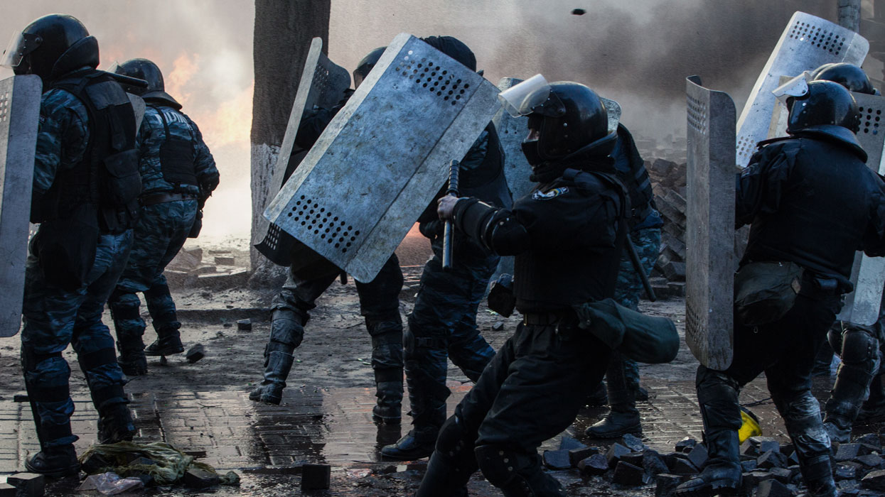 Во время столкновения сторонников оппозиции с военнослужащими внутренних войск МВД Украины.