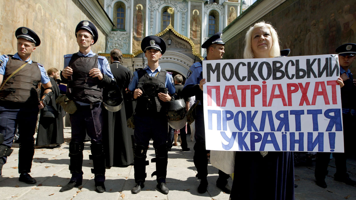 Митинг у Киево-Печерской лавры в связи с выборами нового главы УПЦ