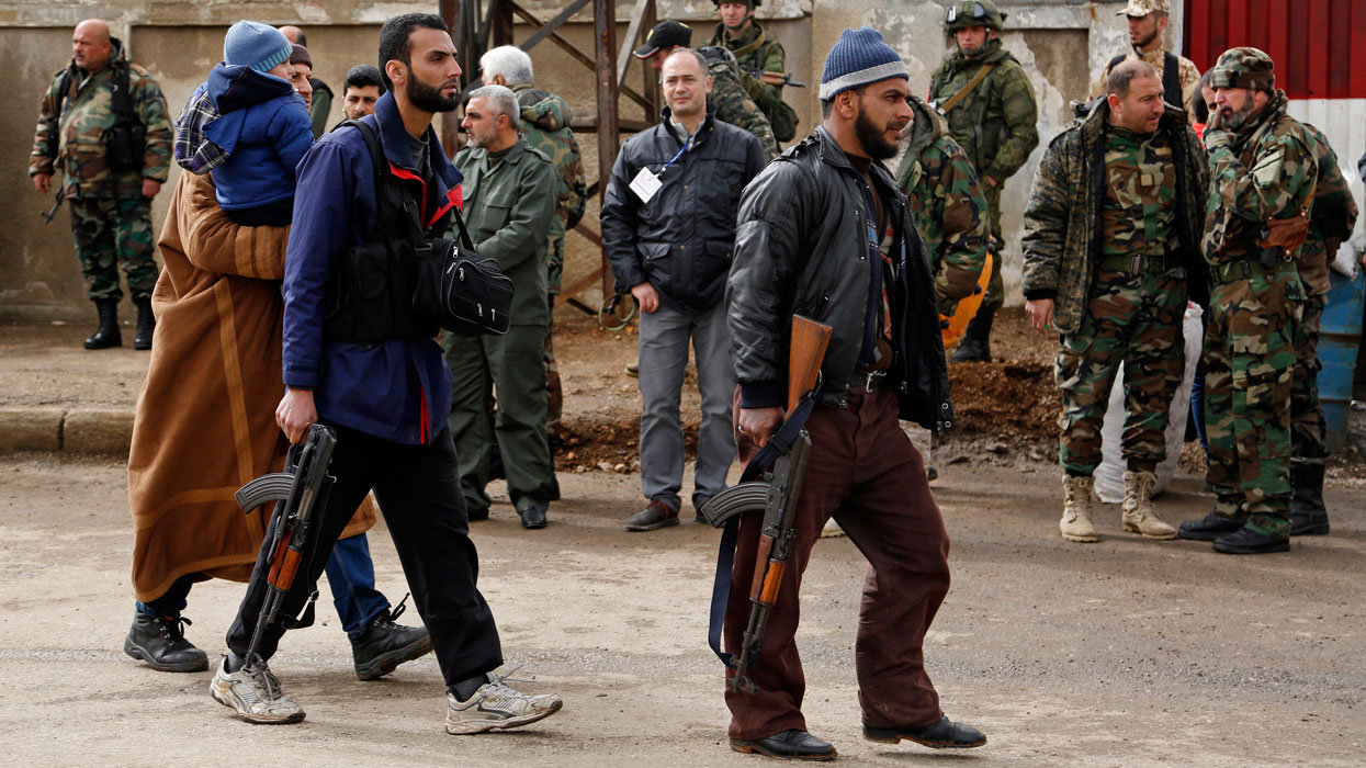 Первая группа боевиков с семьями покидает сирийский Хомс
