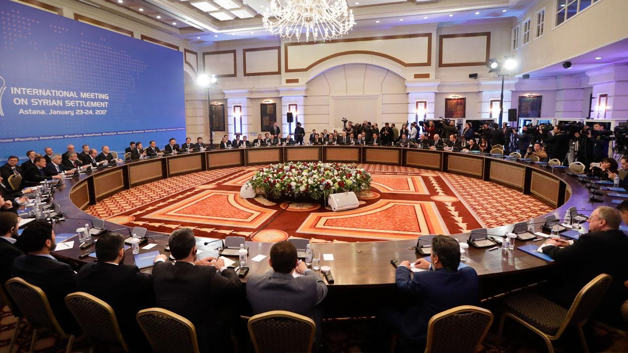 Участники международных переговоров по сирийскому урегулированию в отеле Rixos President Astana.