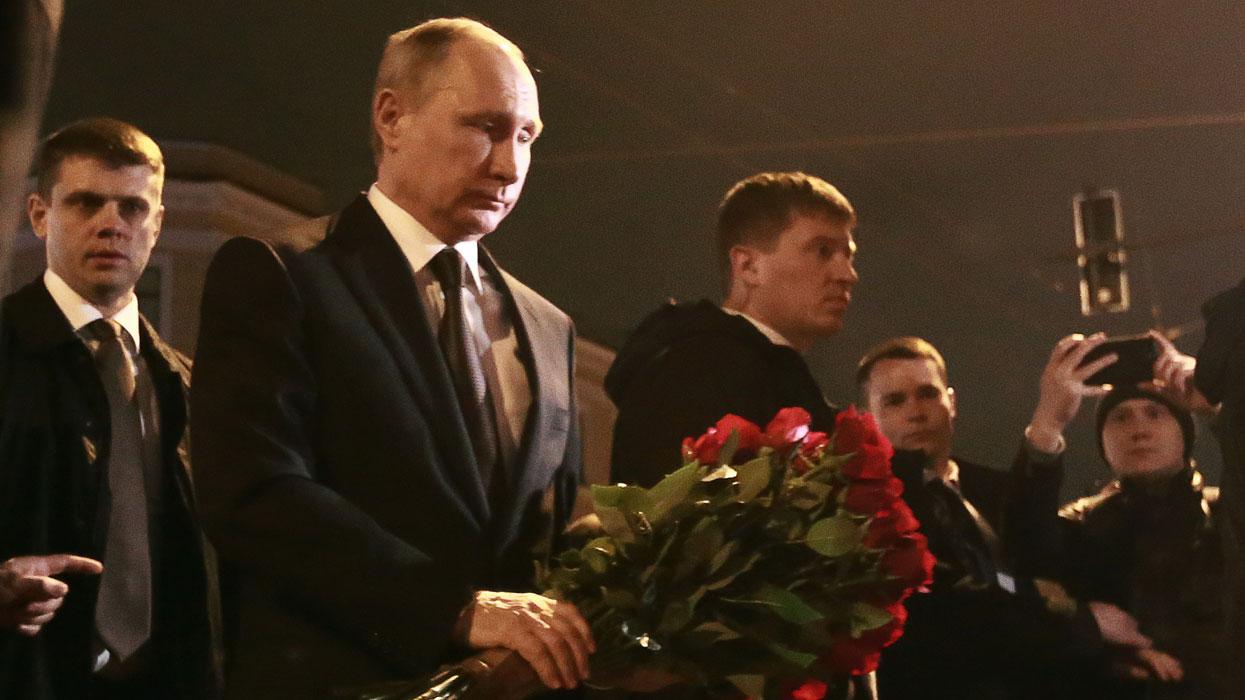 Президент РФ В.Путин возложил цветы в память о погибших в результате взрыва в метро Санкт-Петербурга