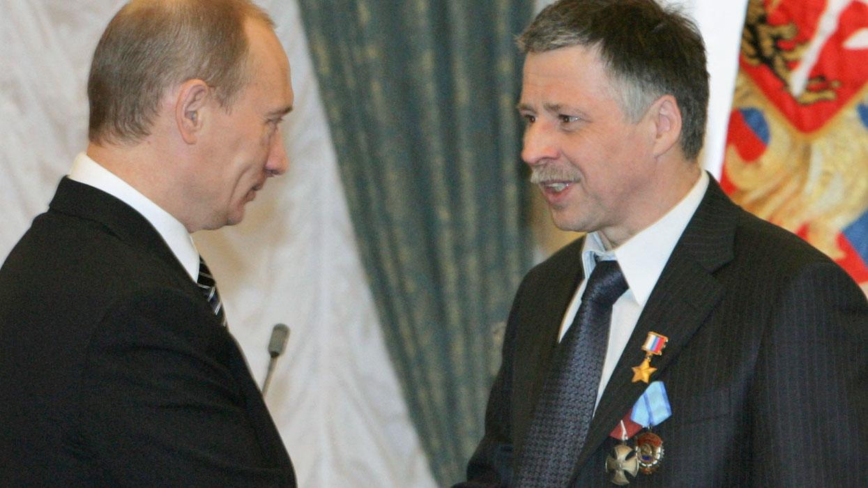 Президент России Владимир Путин (слева) присвоил звание Героя России участнику Арктической экспедиции - 2007 Евгению Черняеву