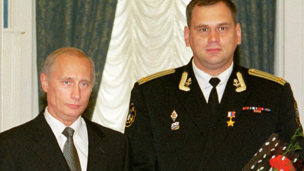 Владимир Путин (слева) и Герой России, капитан второго ранга Андрей Звягинцев