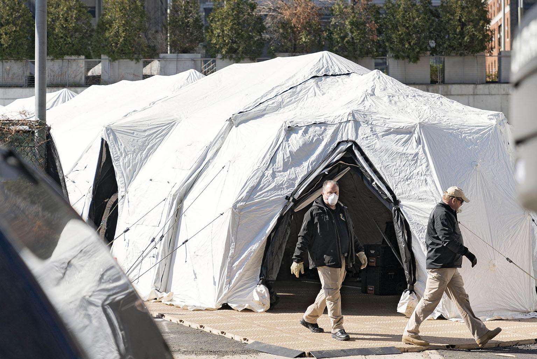 Коронавирус крушит США: Мобильные морги, ИВЛ на двоих, пакеты вместо халатов