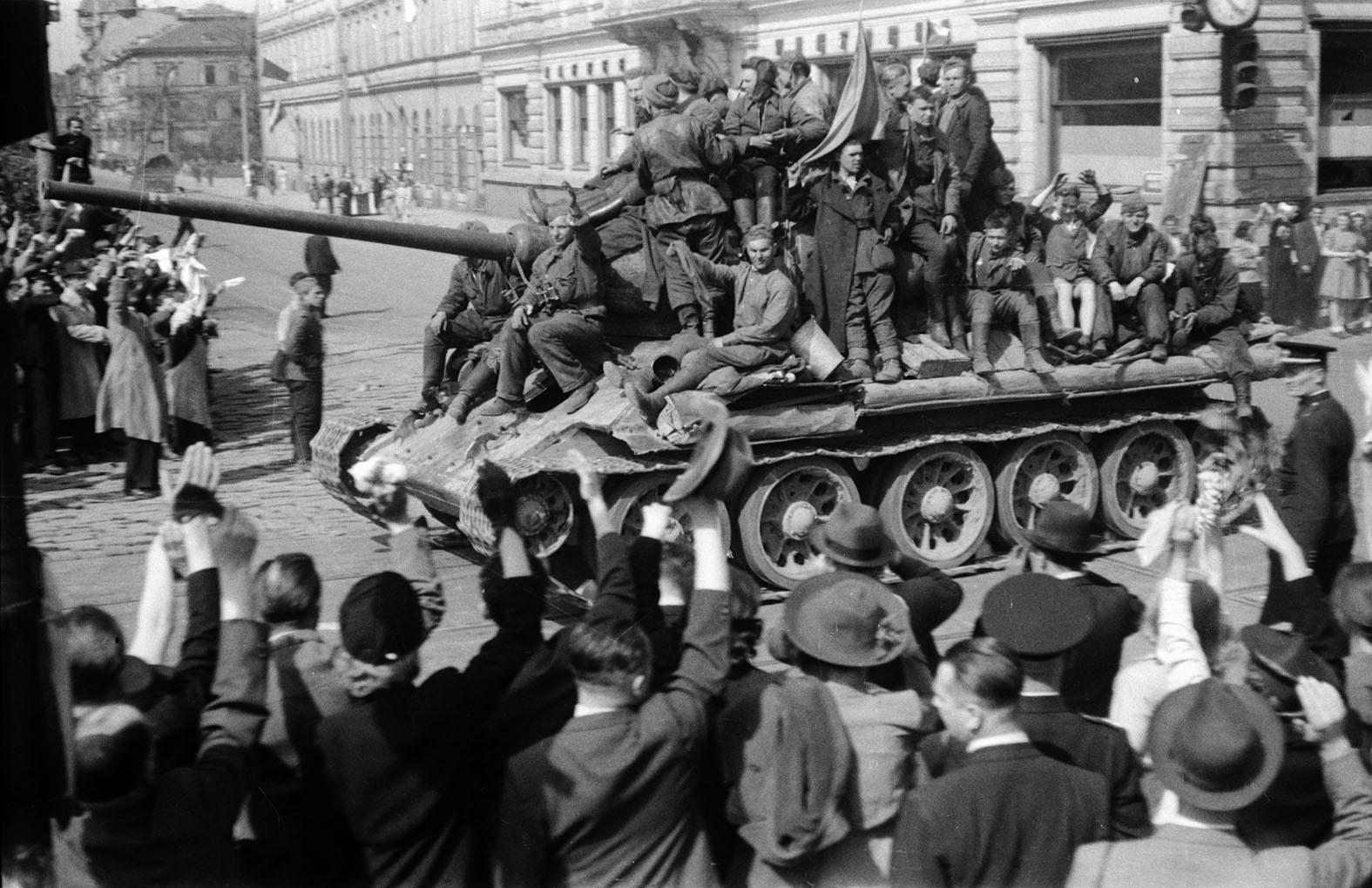 Снос советских памятников и монументы карателям. В канун юбилея Победы Европа сошла с ума