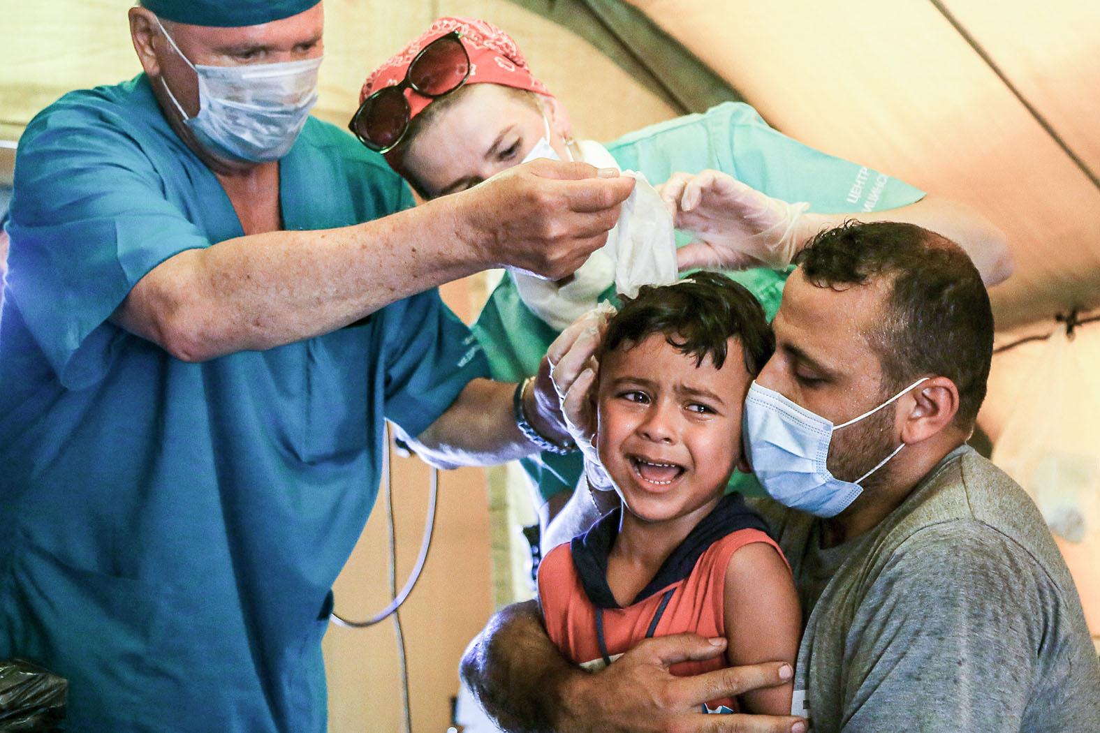 Российские медики стали одними из первых, кто начал оказывать помощь пострадавшим в результате взрыва. Фото : Marwan Naamani/dpa/Global Look Press