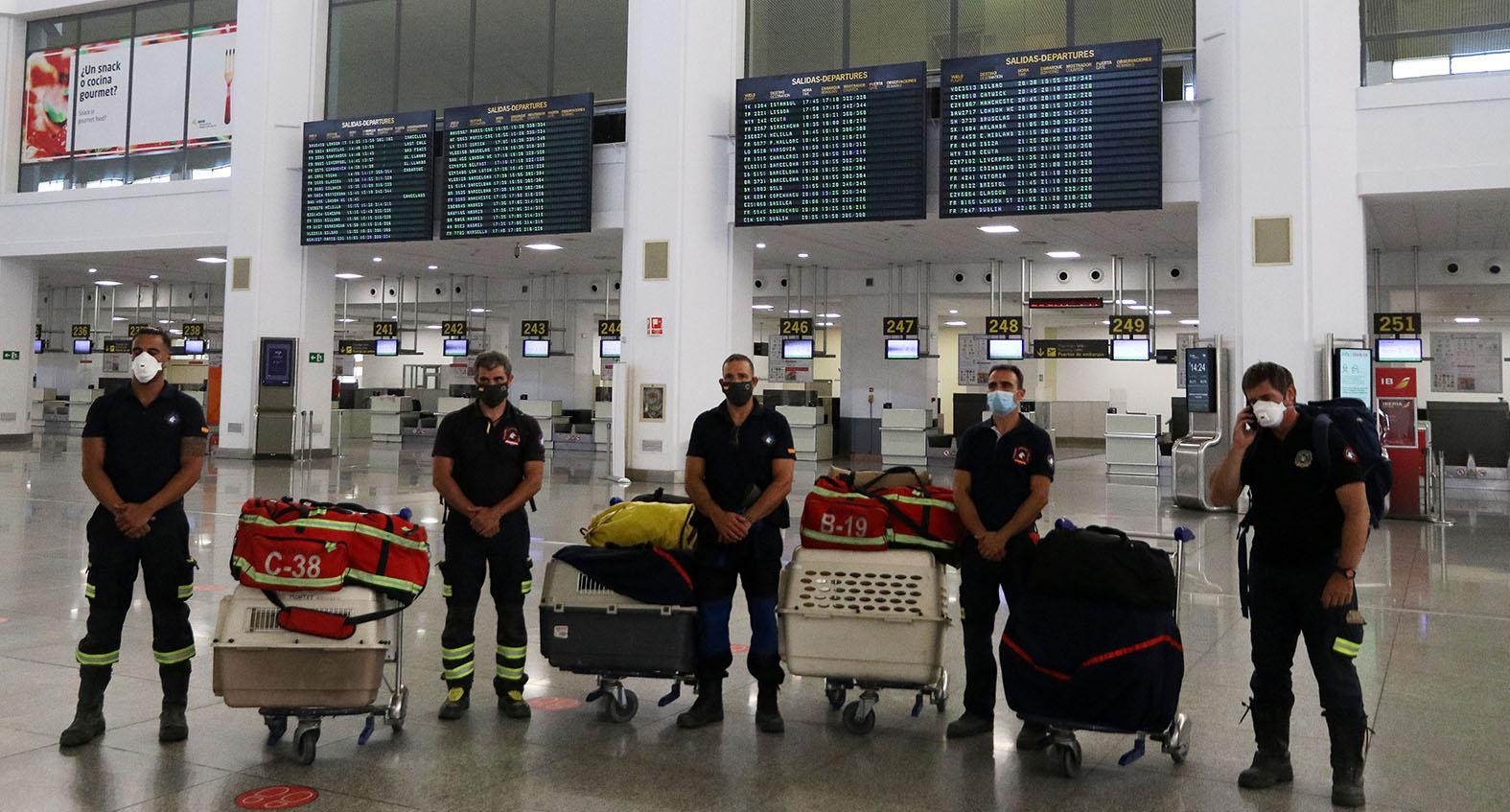 Испанские пожарные ждут рейс на Бейрут, чтобы принять участие в спасательных работах . Фото: Lex Zea/Global Look Press/Keystone Press Agency
