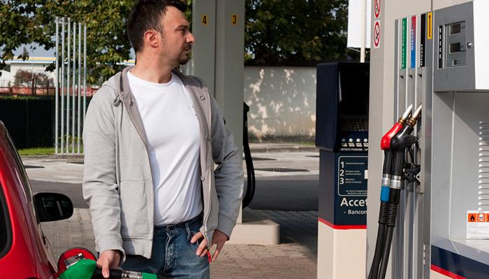 Эксперты рассказали, как снизить цену бензина на 4 рубля за литр
