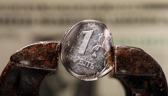 63, 66, 65… Как Минэкономразвития смотрит матч рубля и доллара
