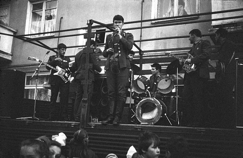 Андрей Норкин - ведущий концерта. Фото из книги