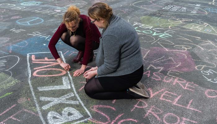 Люди через рисунки мелками выразили свою поддержку бельгийскому народу
