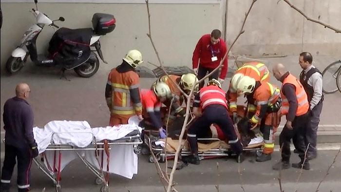 На улицах продолжают работу спасатели