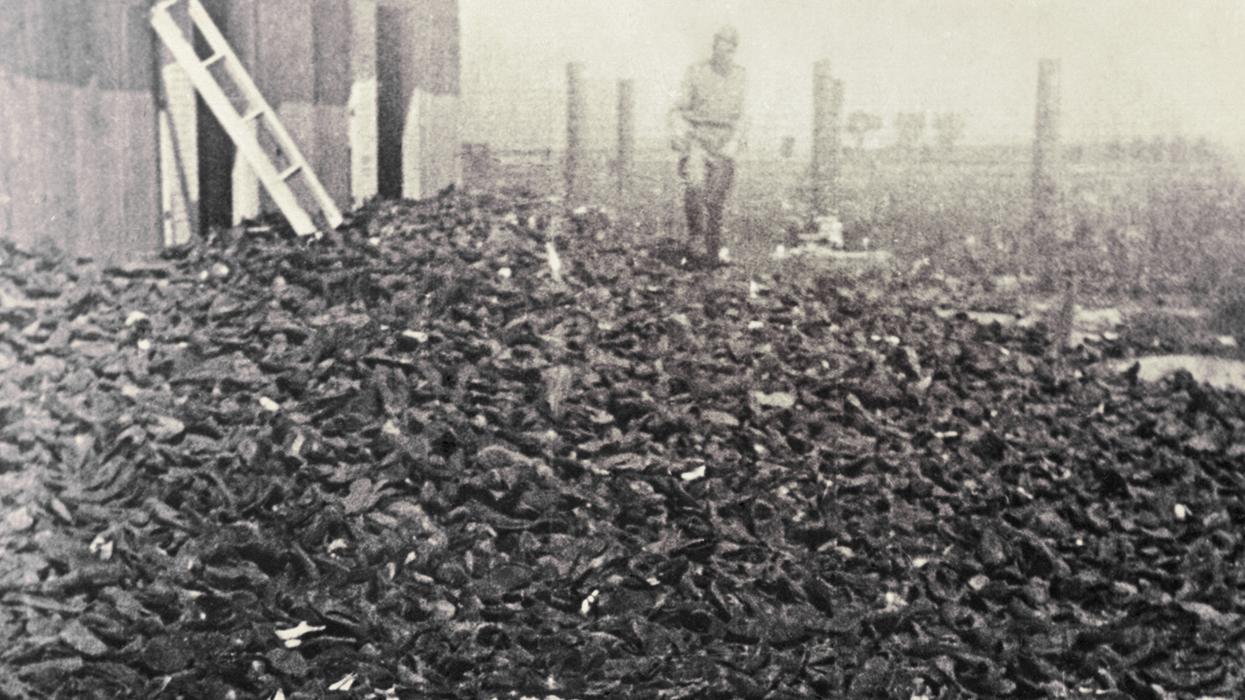 Польша, Люблин, 1944 г. Склад обуви узников концлагерей Собибор, Белжец и Треблинка, обнаруженный советскими солдаталми после освобожения Люблина. Фото: Everett Historical / Shutterstock.com